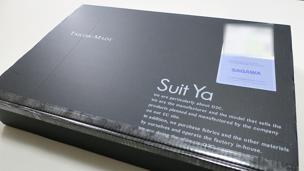 Suit Yaのオーダースーツが梱包されている段ボール