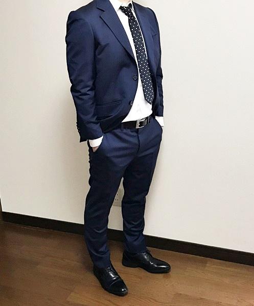 Suit Yaのオーダースーツを試着してポケットに手を入れた様子