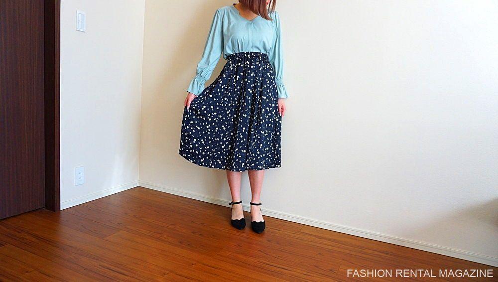 ブラウス×小花柄フレアスカート
