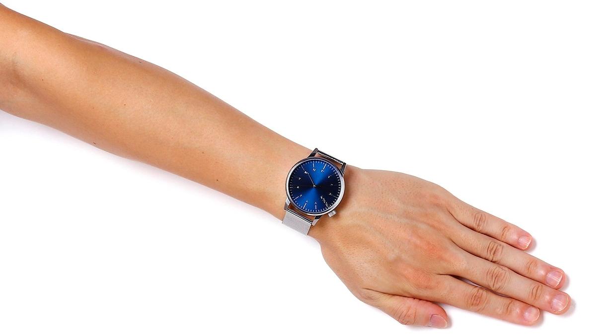 KOMONO コモノ ウィンストンロイヤル シルバーブルー WINSTON ROYALE - SILVER - BLUE 着用イメージ 男性