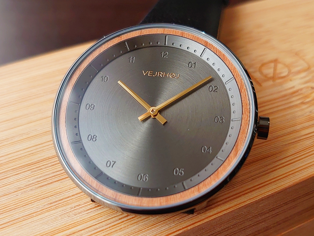 VEJRHOJ(ヴェアホイ)BLACK & GOLD 文字盤デザイン ゴールド 針 2針