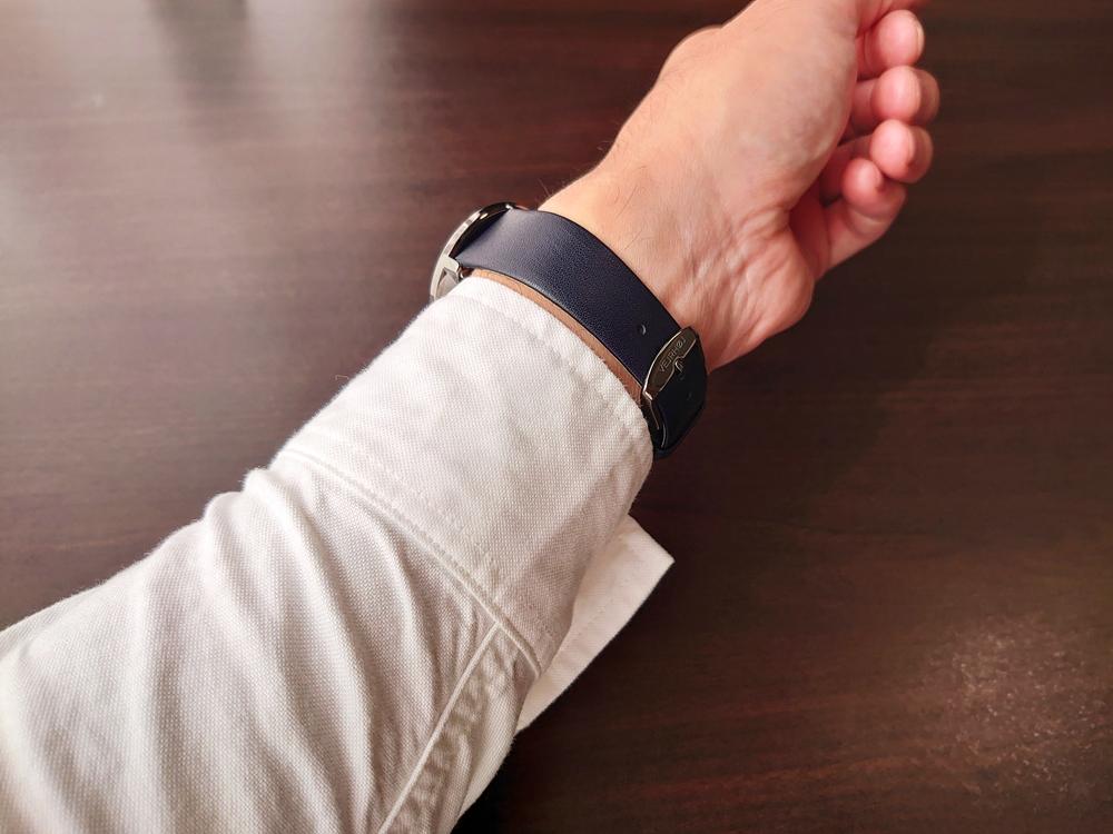VEJRHOJ(ヴェアホイ)BLACK & GOLD「桜の木」40mm ミッドナイトブルーレザーストラップ 着用 男性 (白シャツ/カジュアルシャツ/スーツ)5