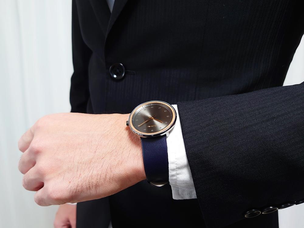 VEJRHOJ(ヴェアホイ)BLACK & GOLD「桜の木」40mm ミッドナイトブルーレザーストラップ 着用 男性 (白シャツ/カジュアルシャツ/スーツ)10