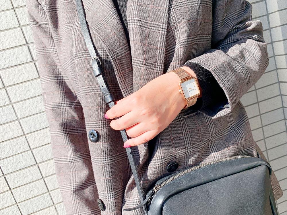 CLUSE(クルース)「ラ・テトラゴン」ローズゴールド + メッシュストラップ 【28.5mm - CW0101207001】着用イメージ〈女性〉ジャケット(グレンチェック)7