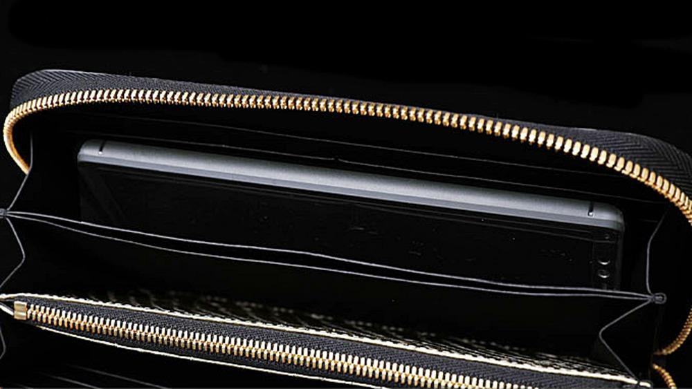 池田工芸 ラウンドビッグウォレット グランデクラス ブラック ゴールドパイソン 使用イメージ スマホ収納