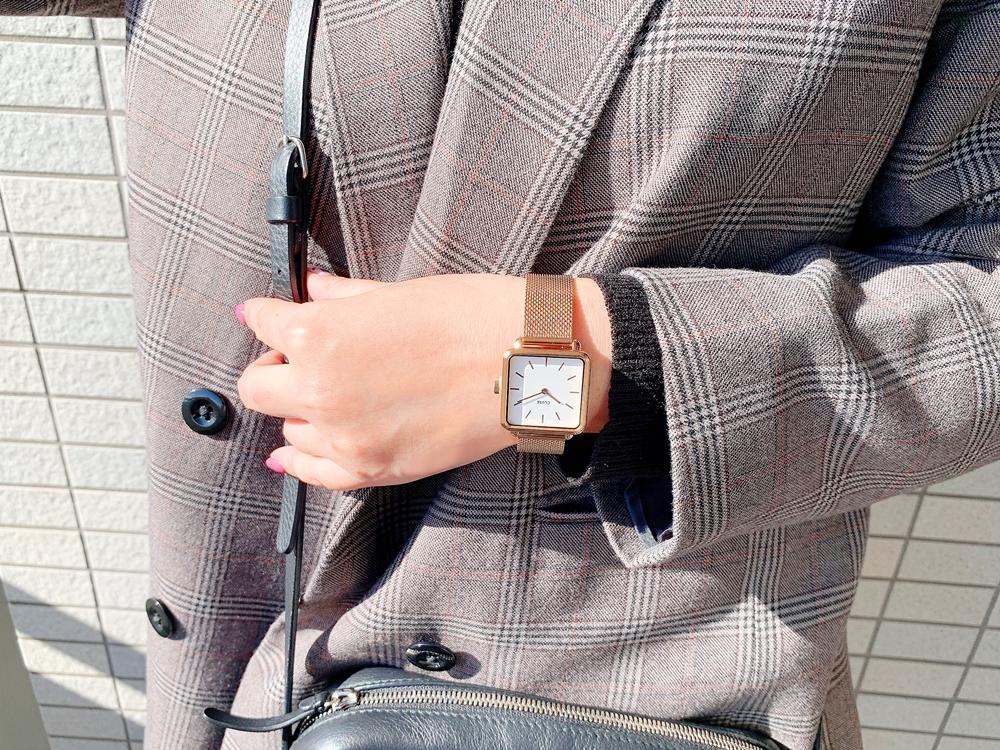 CLUSE(クルース)「ラ・テトラゴン」ローズゴールド + メッシュストラップ 【28.5mm - CW0101207001】着用イメージ〈女性〉ジャケット(グレンチェック)6