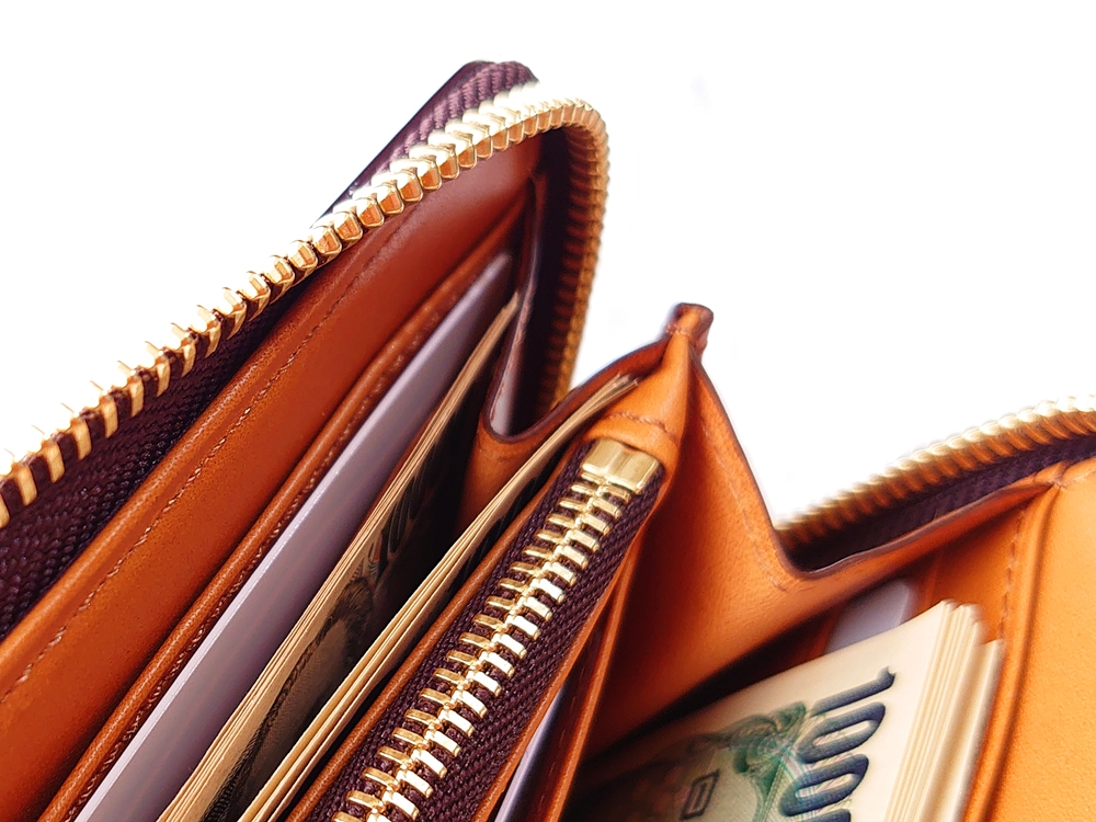 crafsto(クラフスト)ブライドルレザー「ラウンドファスナー長財布」ダークブラウン 一つの札入れにお札を分けて入れてみる!2