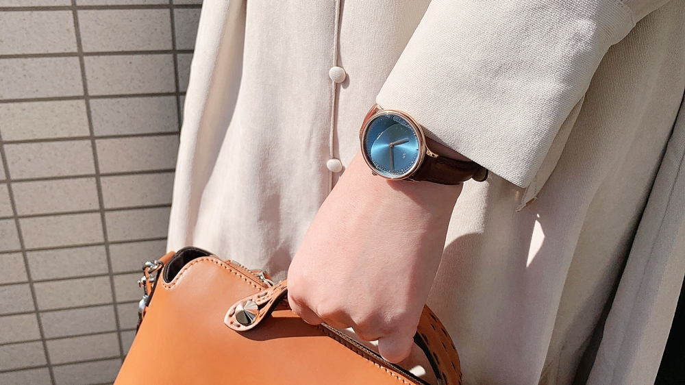About Vintage(アバウトヴィンテージ)1969 PETITE ROSE GOLD BLUE SUNRAY ダークブラウンレザー 着用 女性 屋外 バッグ