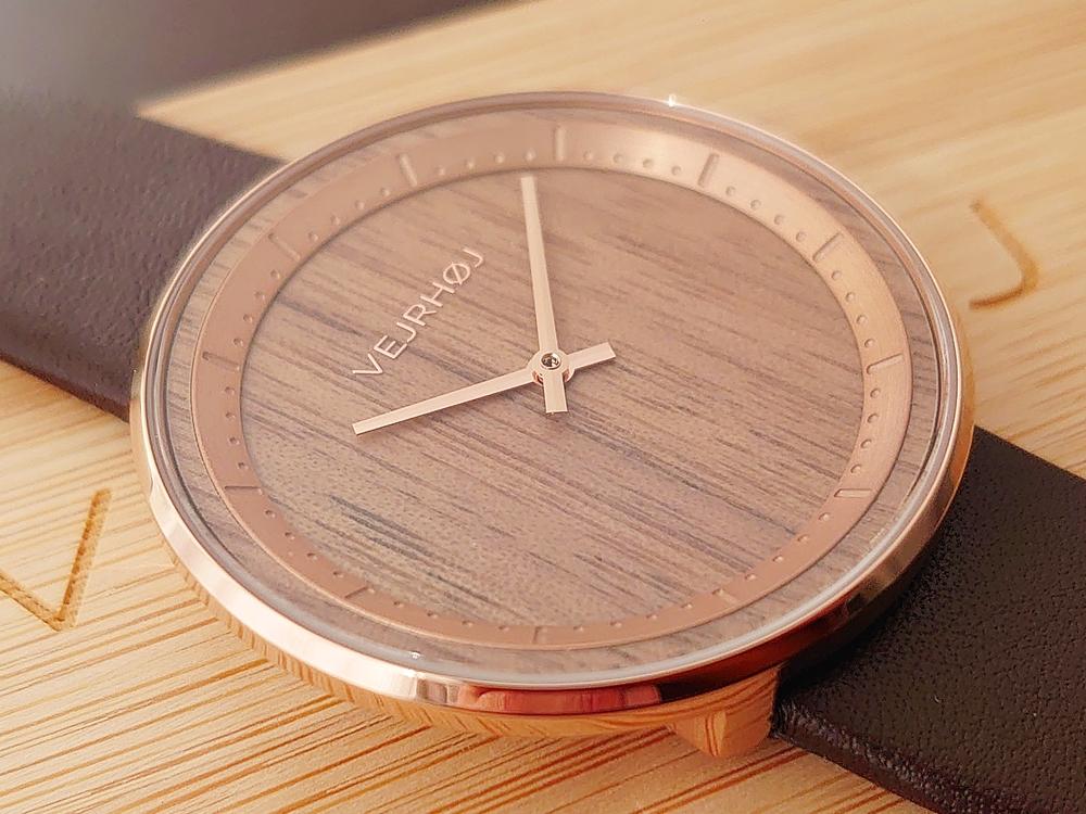 VEJRHØJ(ヴェアホイ)The ROSE(40mm)天然クルミ材 ダークブラウンレザー 文字盤デザイン ローズゴールドの針 サイド