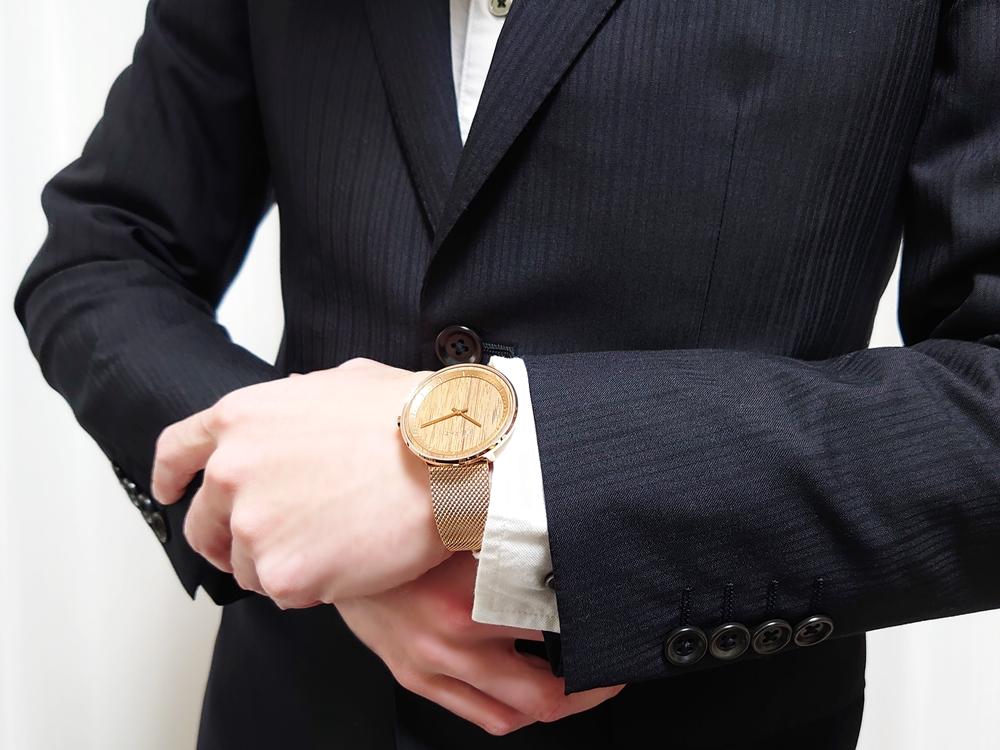 VEJRHØJ(ヴェアホイ)The ROSE(40mm)天然クルミ材 ローズゴールドメッシュストラップ 着用 スーツ