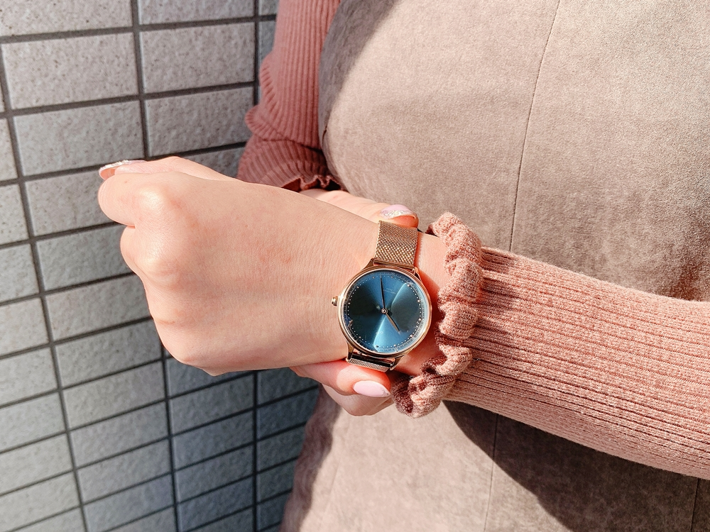 About Vintage(アバウトヴィンテージ)1969 PETITE ROSE GOLD BLUE SUNRAY ローズゴールメッシュ 着用 女性 屋外