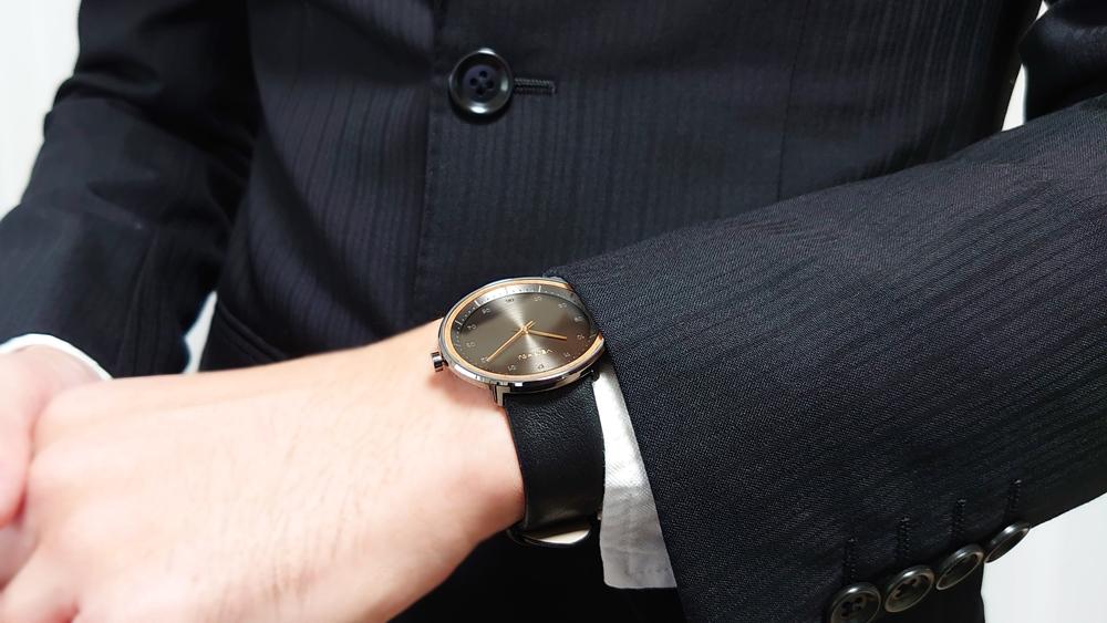 VEJRHOJ(ヴェアホイ)BLACK & GOLD「桜の木」40mm ブラックレザーストラップ 着用 男性 スーツ