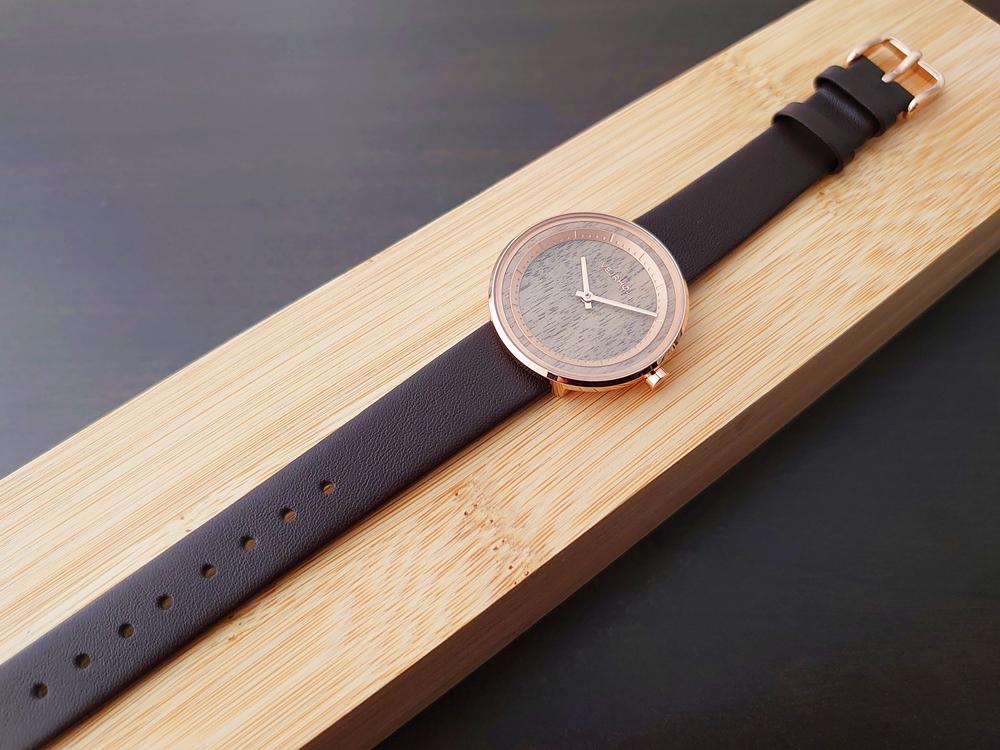VEJRHØJ(ヴェアホイ)The ROSE(Petite 34mm)天然クルミ材 レディースサイズ ダークブラウンレザー 木製ケース 全体