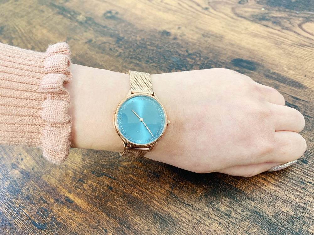 About Vintage(アバウトヴィンテージ)1969 PETITE ROSE GOLD BLUE SUNRAY ローズゴールメッシュ 着用 女性