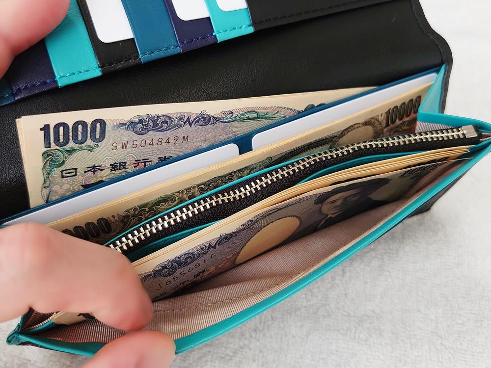 スリム長財布(カード収納13段)ブラック レビュー JOGGO(ジョッゴ)実際にお金とカードを入れた状態 フリーポケットに紙幣