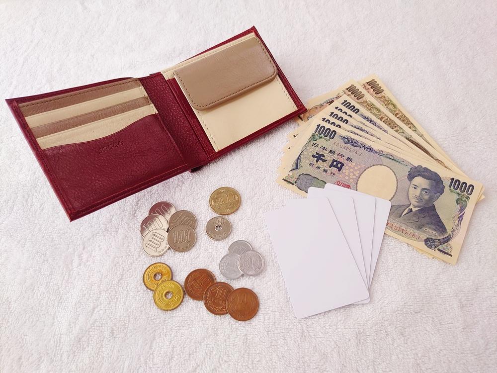 2つ折り財布(小銭入れ付き)ダークレッド レビュー JOGGO(ジョッゴ) 2つ折り財布に実際にお金とカードを入れてる