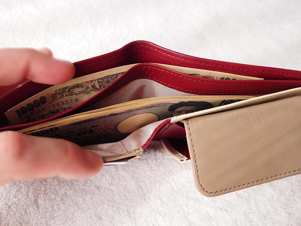 2つ折り財布(小銭入れ付き)ダークレッド レビュー JOGGO(ジョッゴ) 2つ折り財布に実際にお金とカードを入れる 札入れ