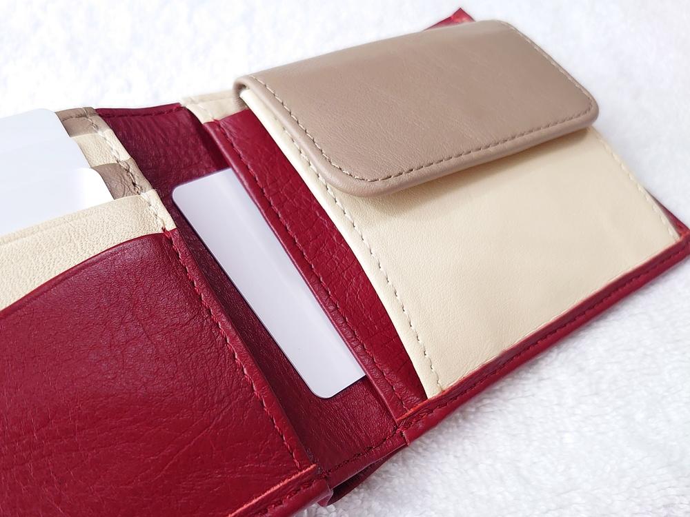 2つ折り財布(小銭入れ付き)ダークレッド レビュー JOGGO(ジョッゴ) フリーポケットにカードを入れる