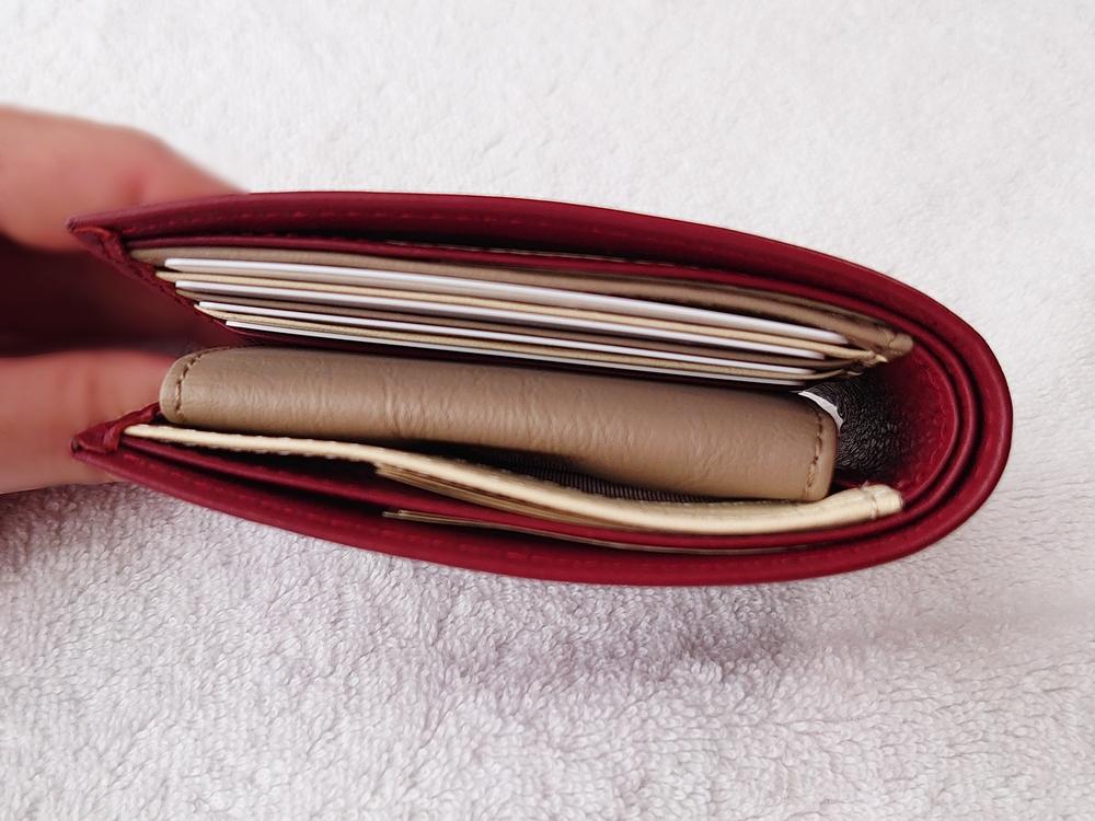 2つ折り財布(小銭入れ付き)ダークレッド レビュー JOGGO(ジョッゴ)お金を入れた状態の財布の厚み②