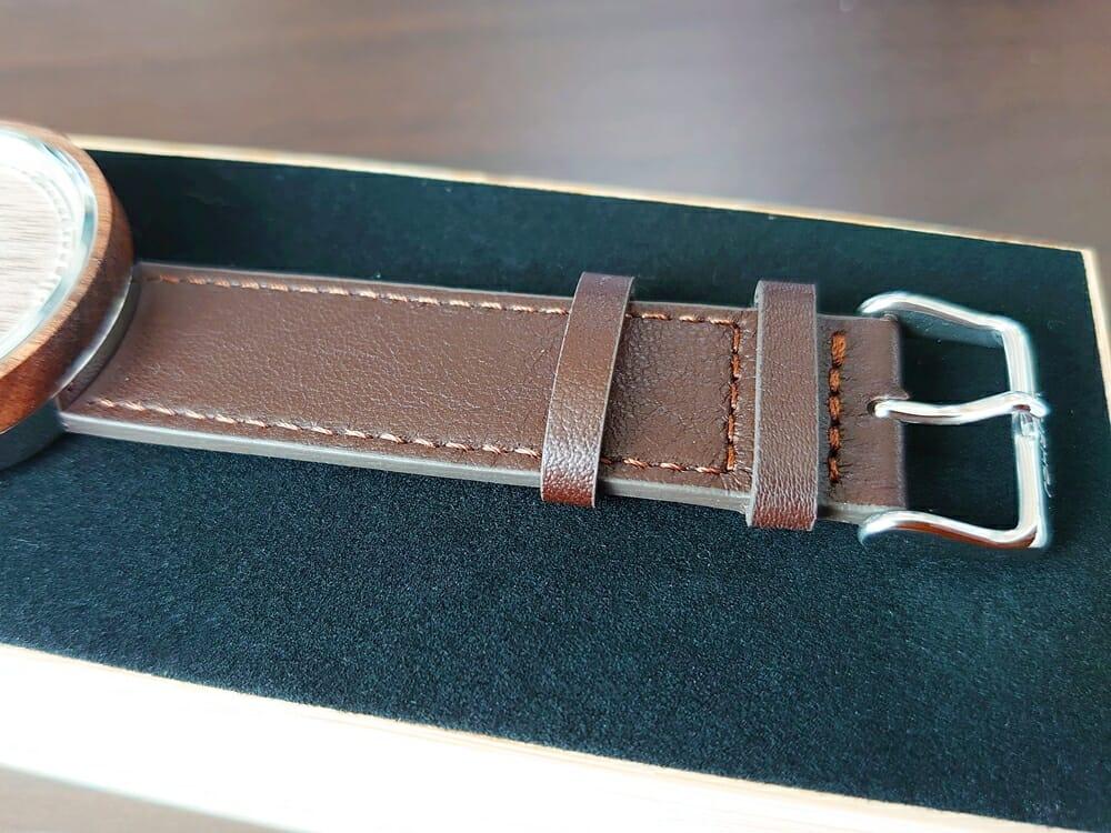 ARCHシリーズ 42mm 天然のくるみの木 「ARCH 01」シルバー ブラウンレザー ストラップ VEJRHØJ(ヴェアホイ)腕時計レビュー イタリア製レザーストラップ 幅20mm 表面 質感 バックル側