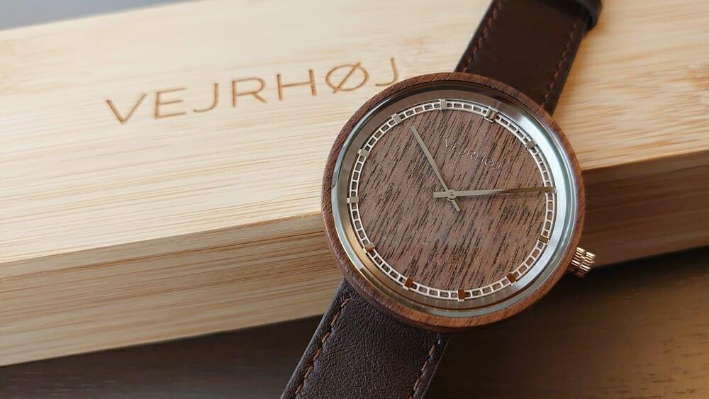 VEJRHØJ(ヴェアホイ)ARCHシリーズ 42mm 天然のくるみの木 「ARCH 01」シルバー レビュー カスタムファッションマガジン