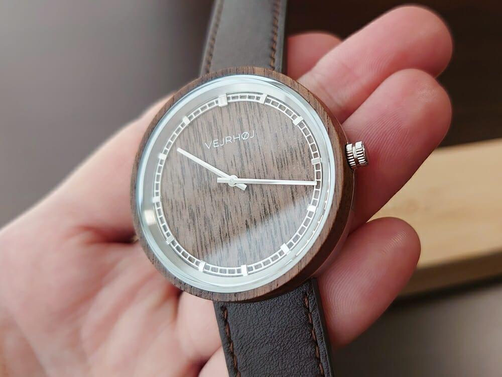 ARCHシリーズ 42mm 天然のくるみの木 「ARCH 01」シルバー ブラウンレザー ストラップ VEJRHØJ(ヴェアホイ)腕時計レビュー 時計の角度による天然木の見え方7
