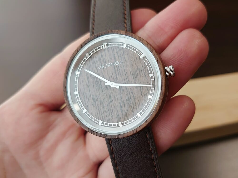 ARCHシリーズ 42mm 天然のくるみの木 「ARCH 01」シルバー ブラウンレザー ストラップ VEJRHØJ(ヴェアホイ)腕時計レビュー 時計の角度による天然木の見え方8