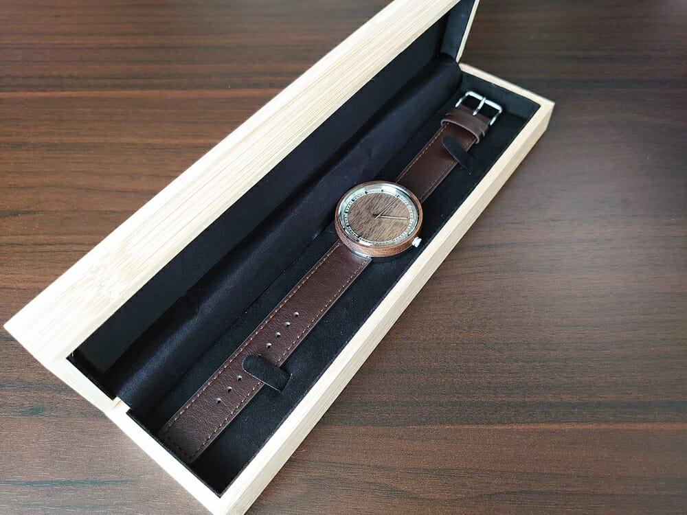 ARCHシリーズ 42mm 天然のくるみの木 「ARCH 01」シルバー VEJRHØJ(ヴェアホイ)腕時計レビュー 腕時計全体 木製ボックス