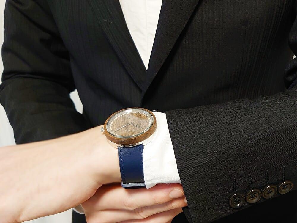 ARCHシリーズ 42mm 天然のくるみの木 「ARCH 01」シルバー ミッドナイトブルーレザー ストラップ VEJRHØJ(ヴェアホイ)腕時計レビュー 着用 男性 スーツ