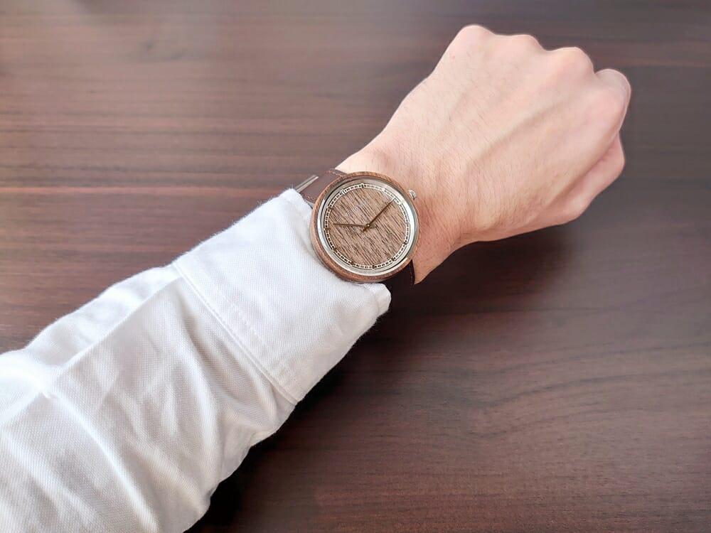 ARCHシリーズ 42mm 天然のくるみの木 「ARCH 01」シルバー ブラウンレザー ストラップ VEJRHØJ(ヴェアホイ)腕時計レビュー 着用 男性 白シャツ
