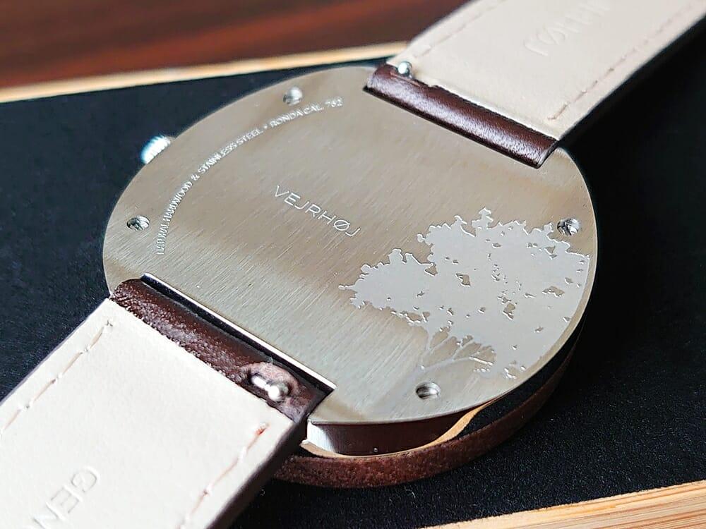 ARCHシリーズ 42mm 天然のくるみの木 「ARCH 01」シルバー ブラウンレザー ストラップ VEJRHØJ(ヴェアホイ)腕時計レビュー バックケース アート刻印 ヘアライン仕上げ3