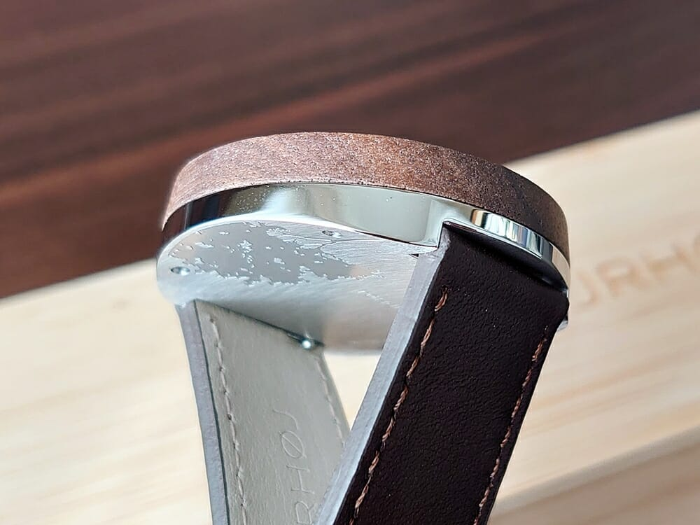 ARCHシリーズ 42mm 天然のくるみの木 「ARCH 01」シルバー ブラウンレザー ストラップ VEJRHØJ(ヴェアホイ)腕時計レビュー バックケース アート刻印 ヘアライン仕上げ4
