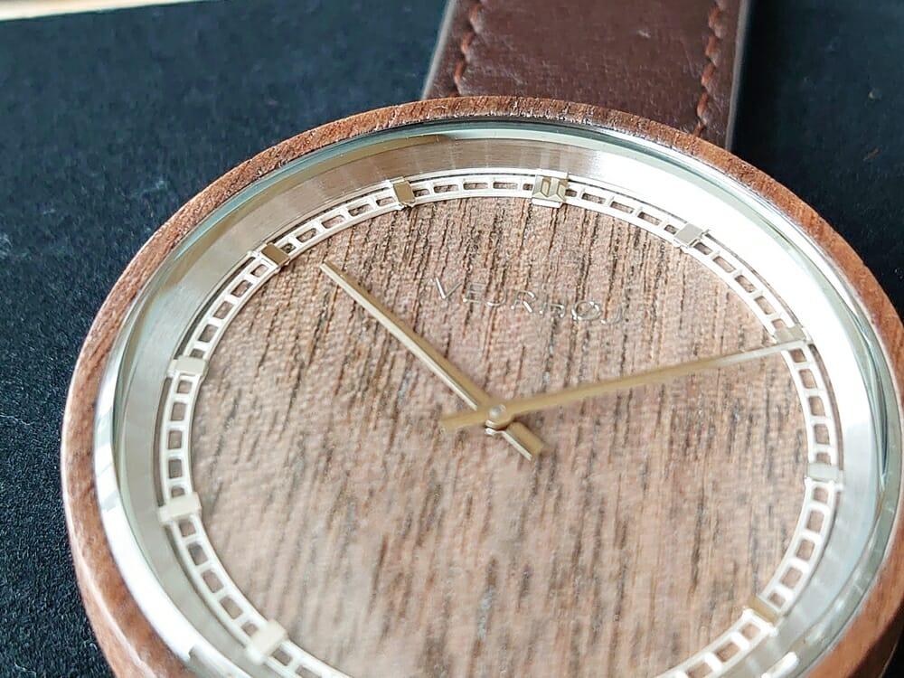 ARCHシリーズ 42mm 天然のくるみの木 「ARCH 01」シルバー ブラウンレザー ストラップ VEJRHØJ(ヴェアホイ)腕時計レビュー 文字盤 インデックス デザイン2