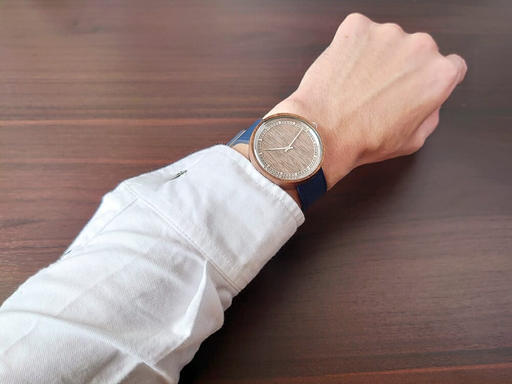 ARCHシリーズ 42mm 天然のくるみの木 「ARCH 01」シルバー ミッドナイトブルーレザー ストラップ VEJRHØJ(ヴェアホイ)腕時計レビュー 着用 男性 白シャツ 1