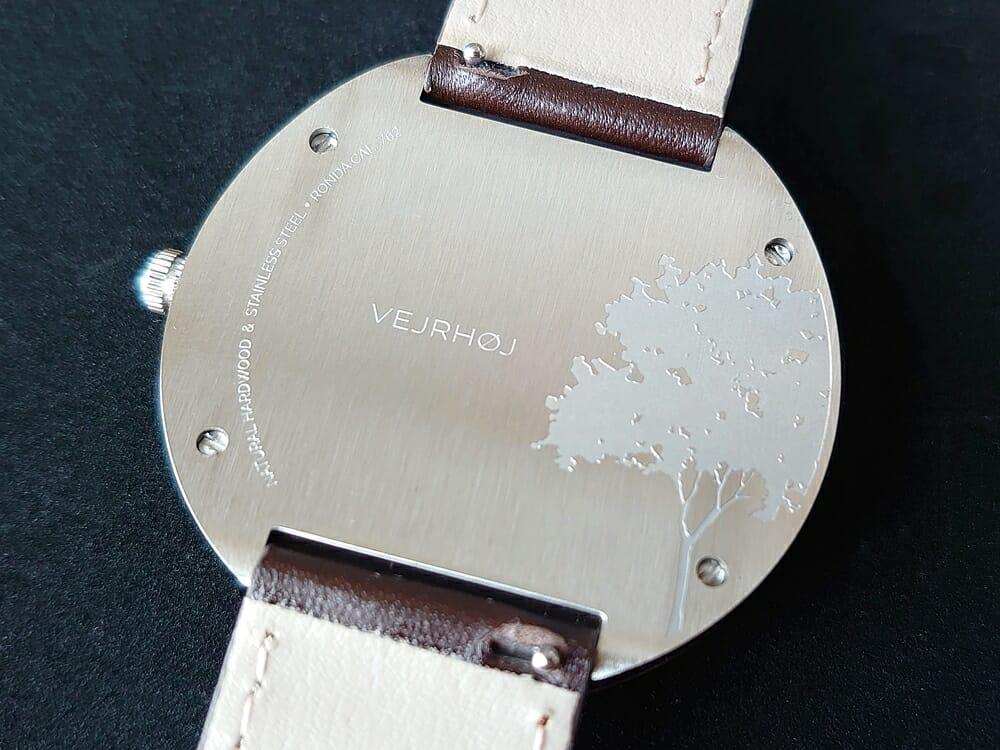 ARCHシリーズ 42mm 天然のくるみの木 「ARCH 01」シルバー ブラウンレザー ストラップ VEJRHØJ(ヴェアホイ)腕時計レビュー バックケース アート刻印 ヘアライン仕上げ2