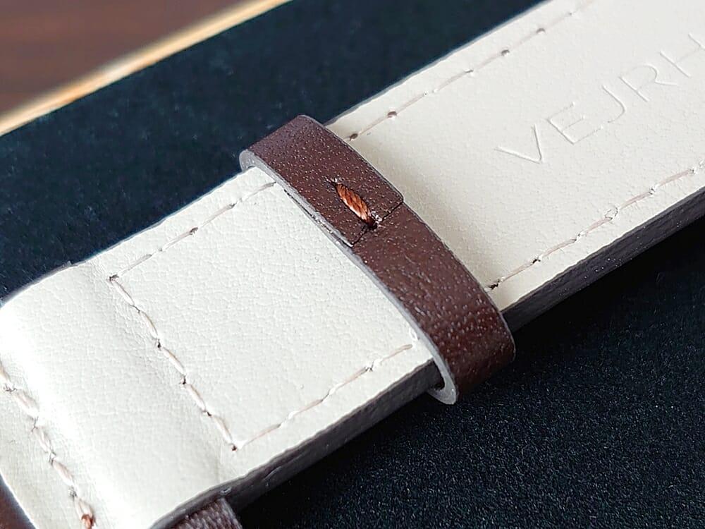 ARCHシリーズ 42mm 天然のくるみの木 「ARCH 01」シルバー ブラウンレザー ストラップ VEJRHØJ(ヴェアホイ)腕時計レビュー イタリア製レザーストラップ 幅20mm 遊革 ベルト留め