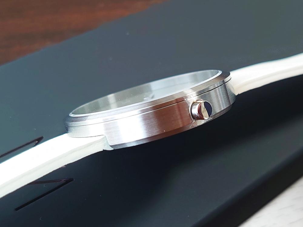 SMOKE GREEN OFFWHITE 40mm スモークグリーン(MV1001MPIGOW)ARTISANシリーズ MAVEN WATCHES(マベンウォッチズ)ケースの厚み クリスタルガラス フラット