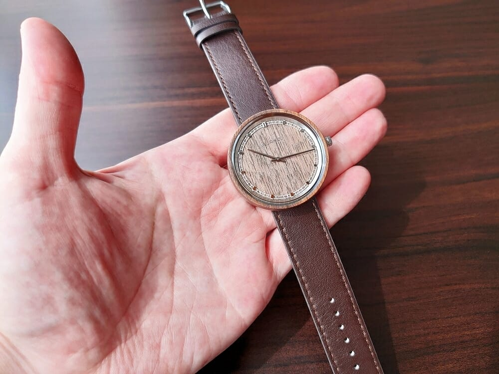 ARCHシリーズ 42mm 天然のくるみの木 「ARCH 01」シルバー ブラウンレザー ストラップ VEJRHØJ(ヴェアホイ)腕時計レビュー イタリア製レザーストラップ 幅20mm ブラウン2