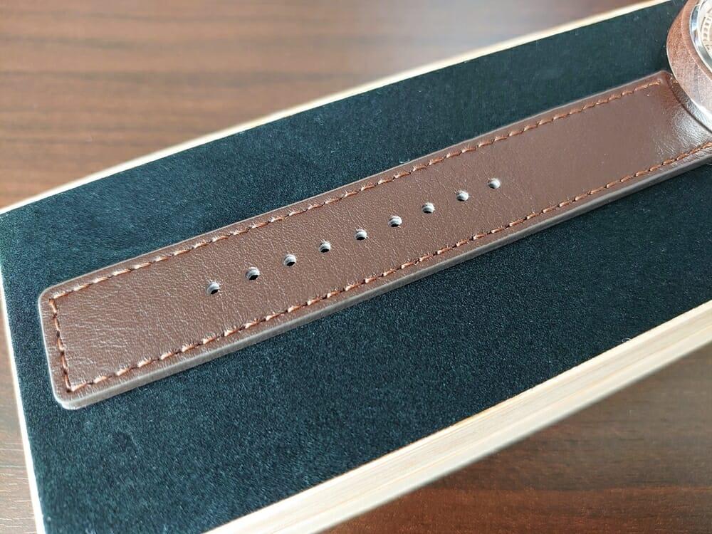 ARCHシリーズ 42mm 天然のくるみの木 「ARCH 01」シルバー ブラウンレザー ストラップ VEJRHØJ(ヴェアホイ)腕時計レビュー イタリア製レザーストラップ 幅20mm 表面 質感