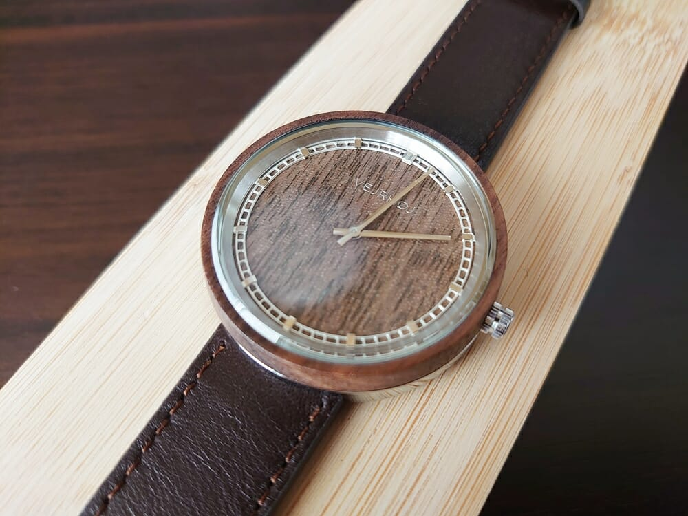 ARCHシリーズ 42mm 天然のくるみの木 「ARCH 01」シルバー ブラウンレザー ストラップ VEJRHØJ(ヴェアホイ)腕時計レビュー 腕時計全体 木製ボックス 天然くるみの木の色合い ダイアルアップ