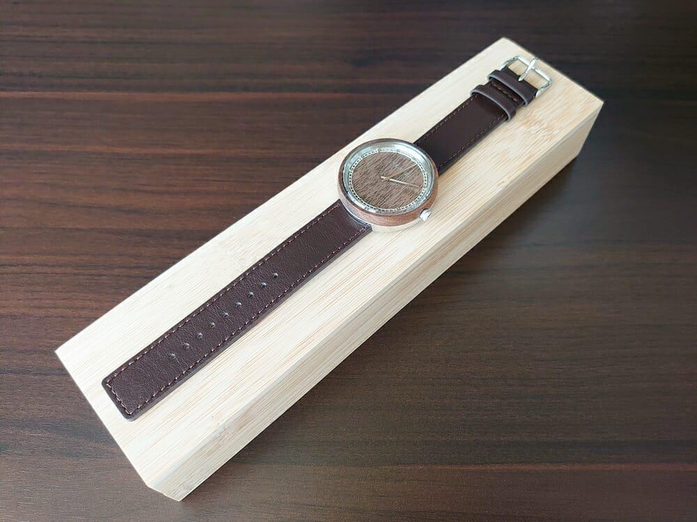 ARCHシリーズ 42mm 天然のくるみの木 「ARCH 01」シルバー ブラウンレザー ストラップ VEJRHØJ(ヴェアホイ)腕時計レビュー 腕時計全体 木製ボックス 天然くるみの木の色合い