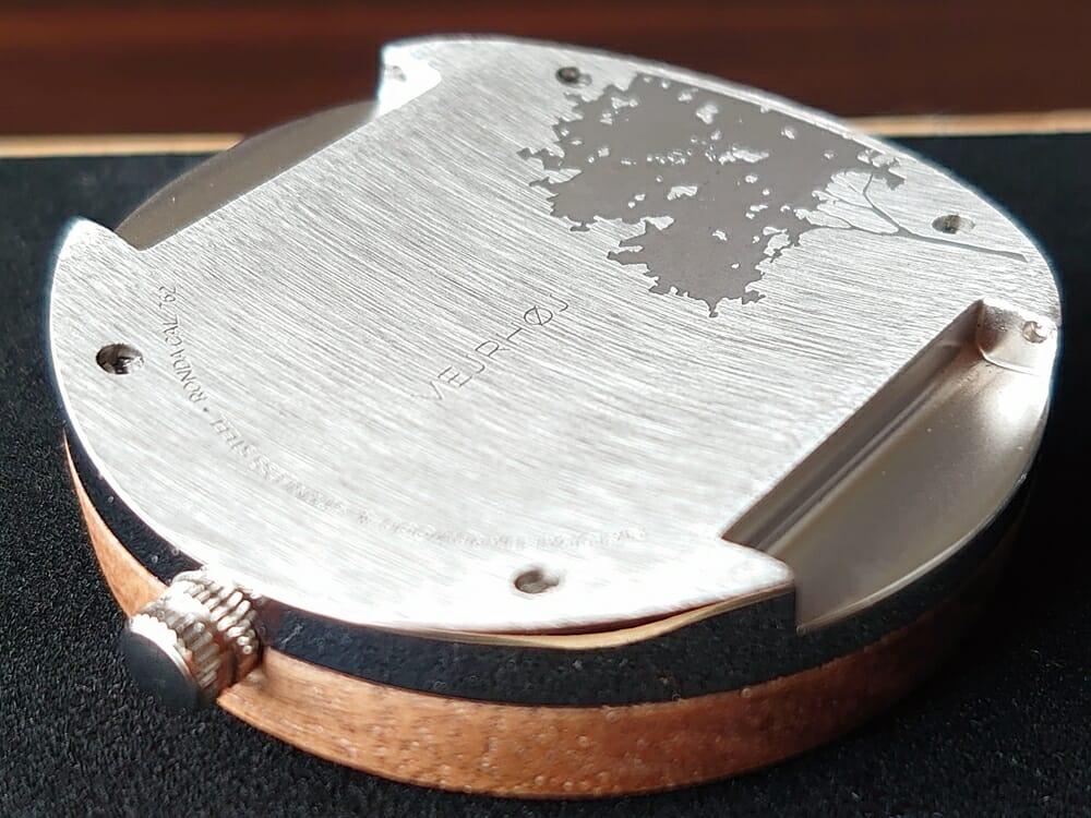 ARCHシリーズ 42mm 天然のくるみの木 「ARCH 01」シルバー VEJRHØJ(ヴェアホイ)腕時計レビュー 時計本体 バックケース