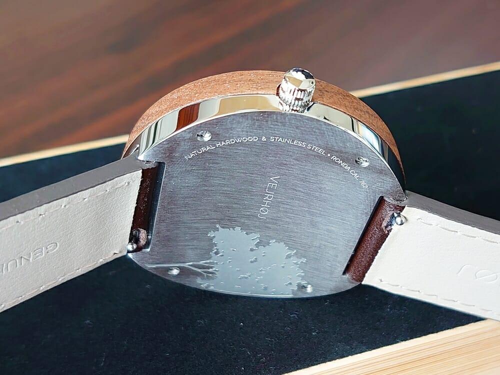 ARCHシリーズ 42mm 天然のくるみの木 「ARCH 01」シルバー ブラウンレザー ストラップ VEJRHØJ(ヴェアホイ)腕時計レビュー バックケース アート刻印 ヘアライン仕上げ1