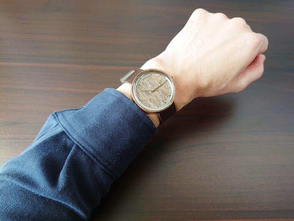 ARCHシリーズ 42mm 天然のくるみの木 「ARCH 01」シルバー ブラウンレザー ストラップ VEJRHØJ(ヴェアホイ)腕時計レビュー 着用 男性 ネイビーシャツ