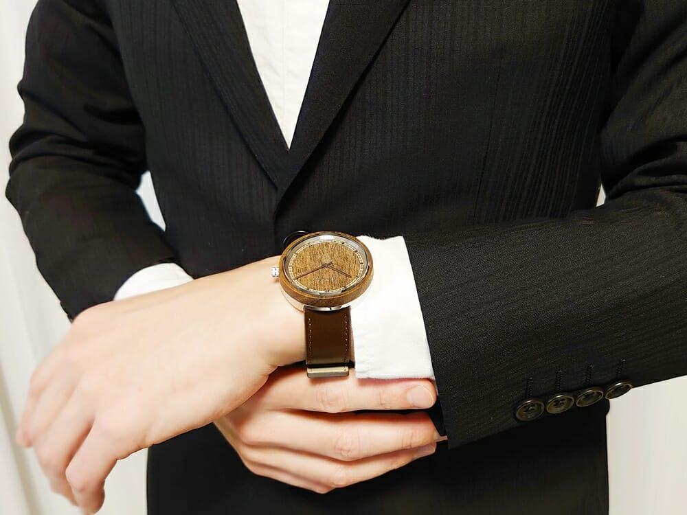 ARCHシリーズ 42mm 天然のくるみの木 「ARCH 01」シルバー ブラウンレザー ストラップ VEJRHØJ(ヴェアホイ)腕時計レビュー 着用 男性 スーツ