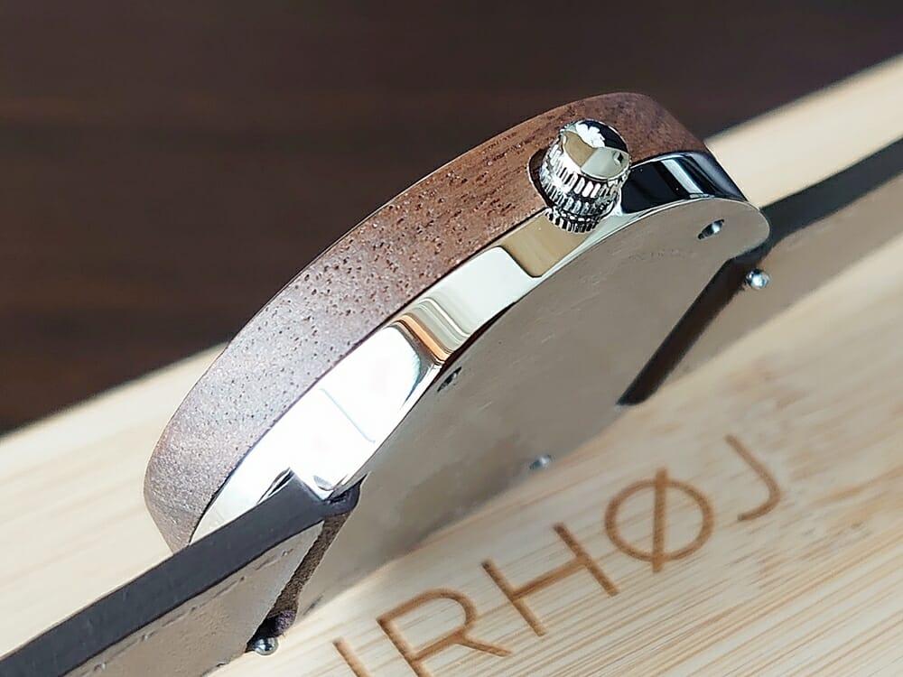 ARCHシリーズ 42mm 天然のくるみの木 「ARCH 01」シルバー ブラウンレザー ストラップ VEJRHØJ(ヴェアホイ)腕時計レビュー 腕時計全体 木製ボックス 天然くるみの木の色合い バックケースと リューズ