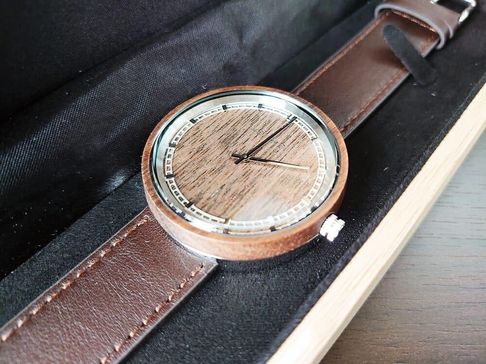 ARCHシリーズ 42mm 天然のくるみの木 「ARCH 01」シルバー VEJRHØJ(ヴェアホイ)腕時計レビュー ダイアルアップ 木製ボックス