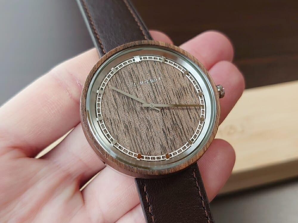 ARCHシリーズ 42mm 天然のくるみの木 「ARCH 01」シルバー ブラウンレザー ストラップ VEJRHØJ(ヴェアホイ)腕時計レビュー 時計の角度による天然木の見え方4