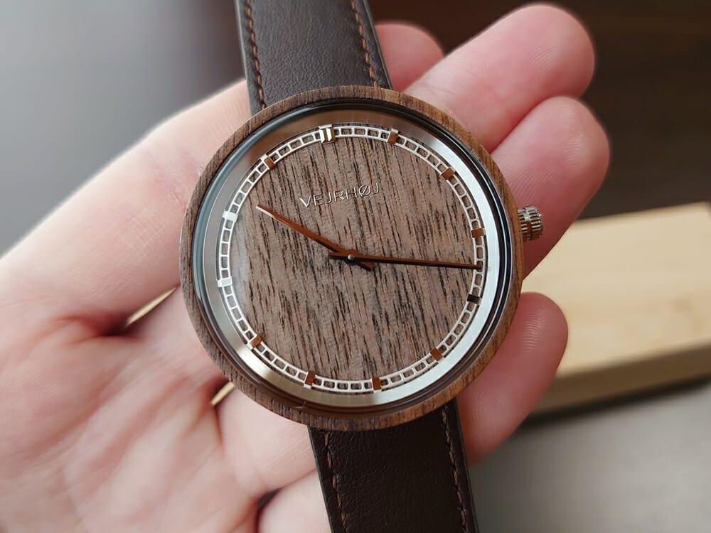 ARCHシリーズ 42mm 天然のくるみの木 「ARCH 01」シルバー ブラウンレザー ストラップ VEJRHØJ(ヴェアホイ)腕時計レビュー 時計の角度による天然木の見え方10