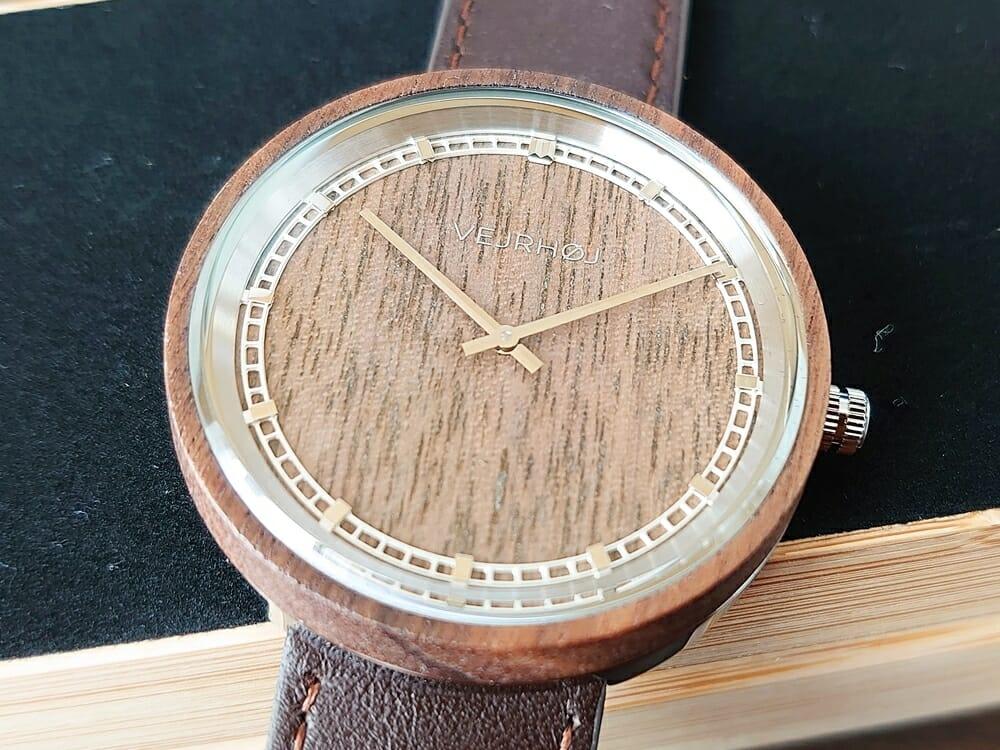 ARCHシリーズ 42mm 天然のくるみの木 「ARCH 01」シルバー ブラウンレザー ストラップ VEJRHØJ(ヴェアホイ)腕時計レビュー 文字盤 インデックス デザイン1